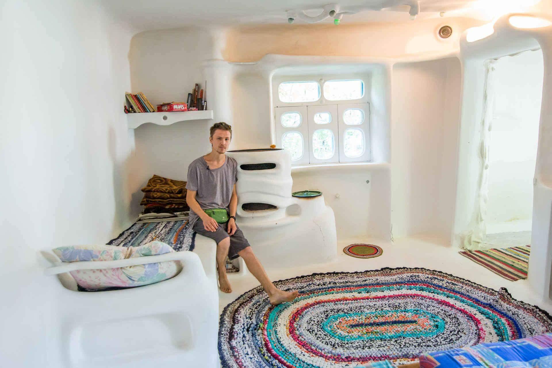 Яскравий в'язаний килим задає тон інтер'єру