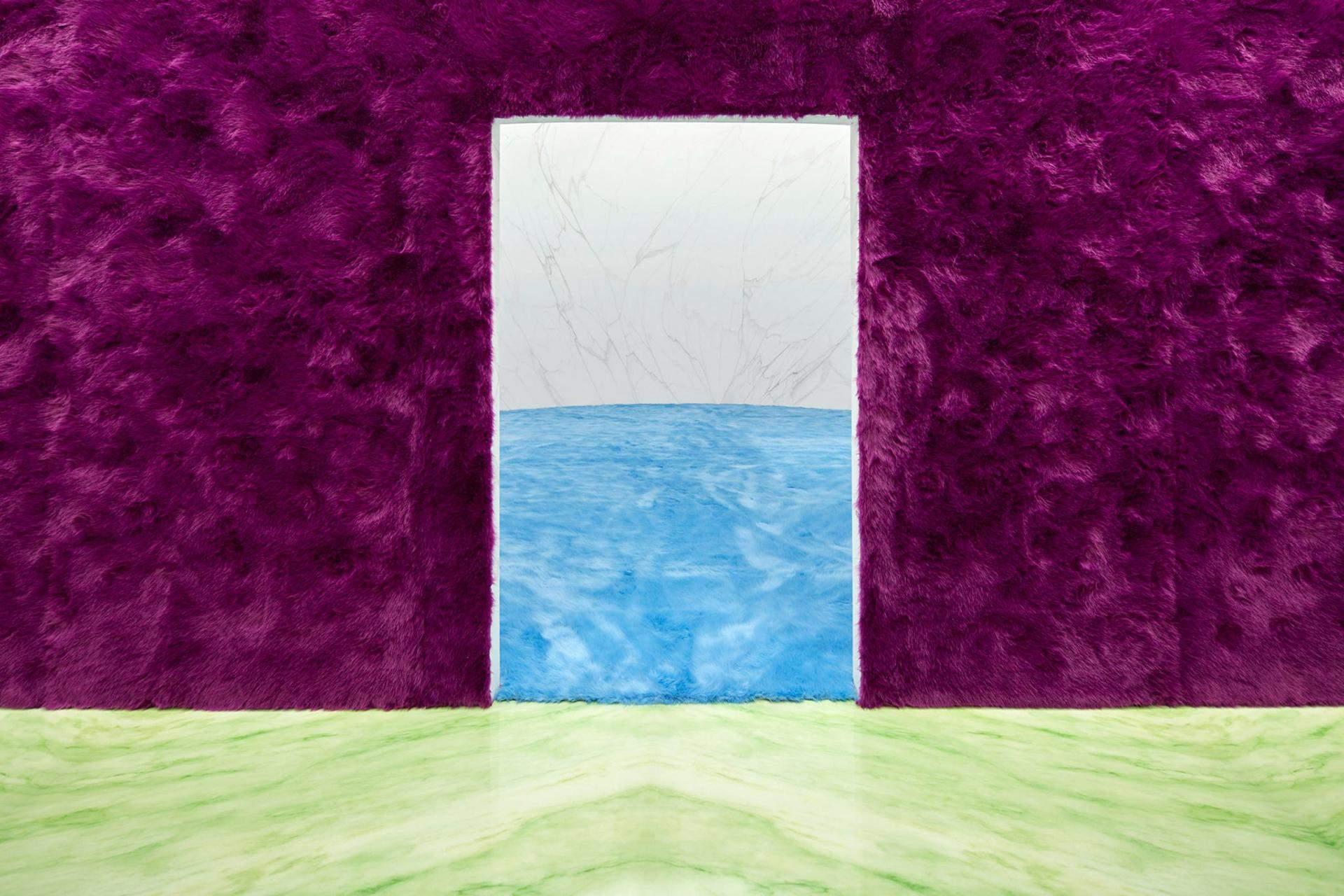 Синее мех на полу напоминает море