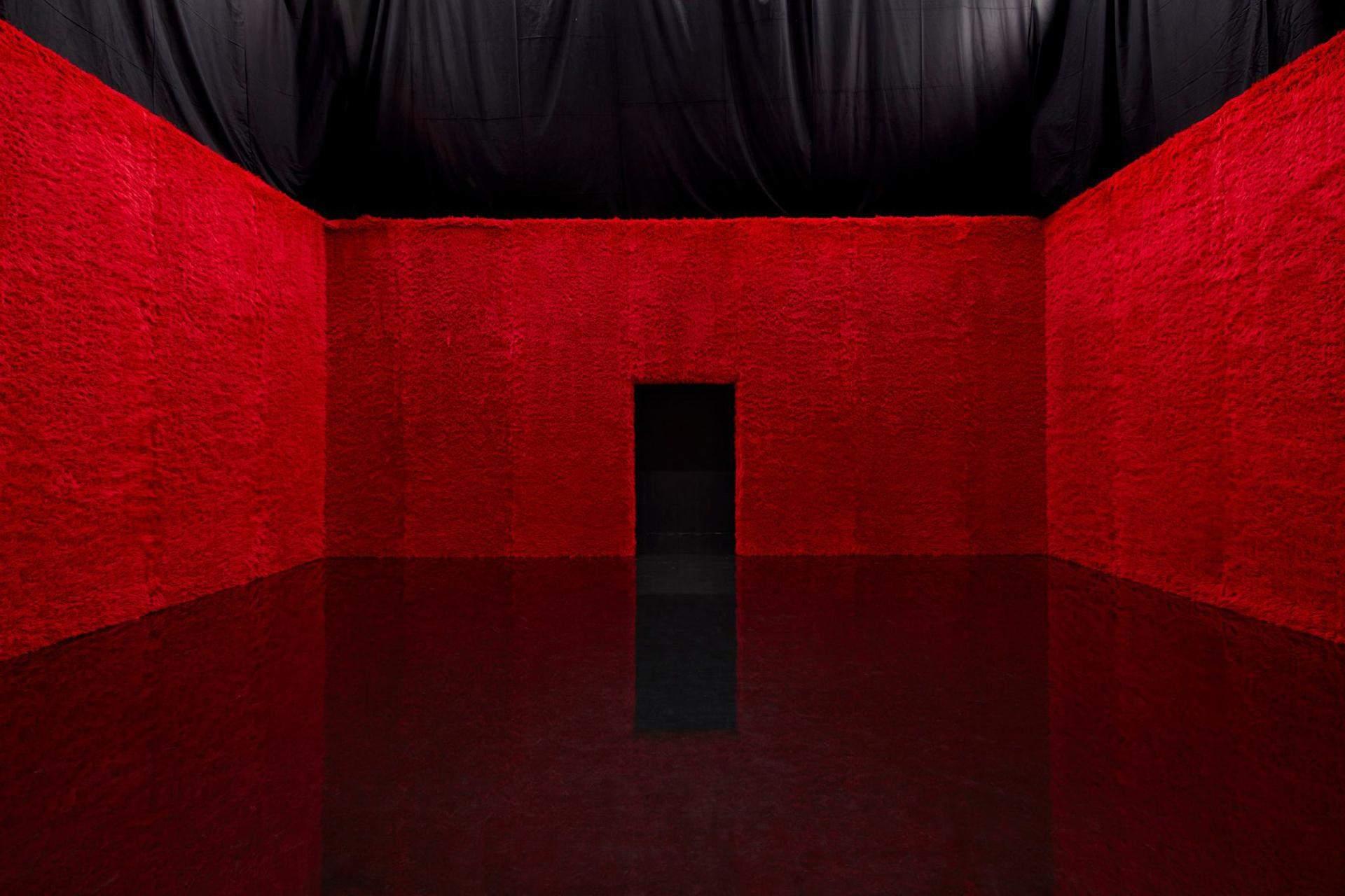 Одна из самых впечатляющих комнат в красно-черном цвете