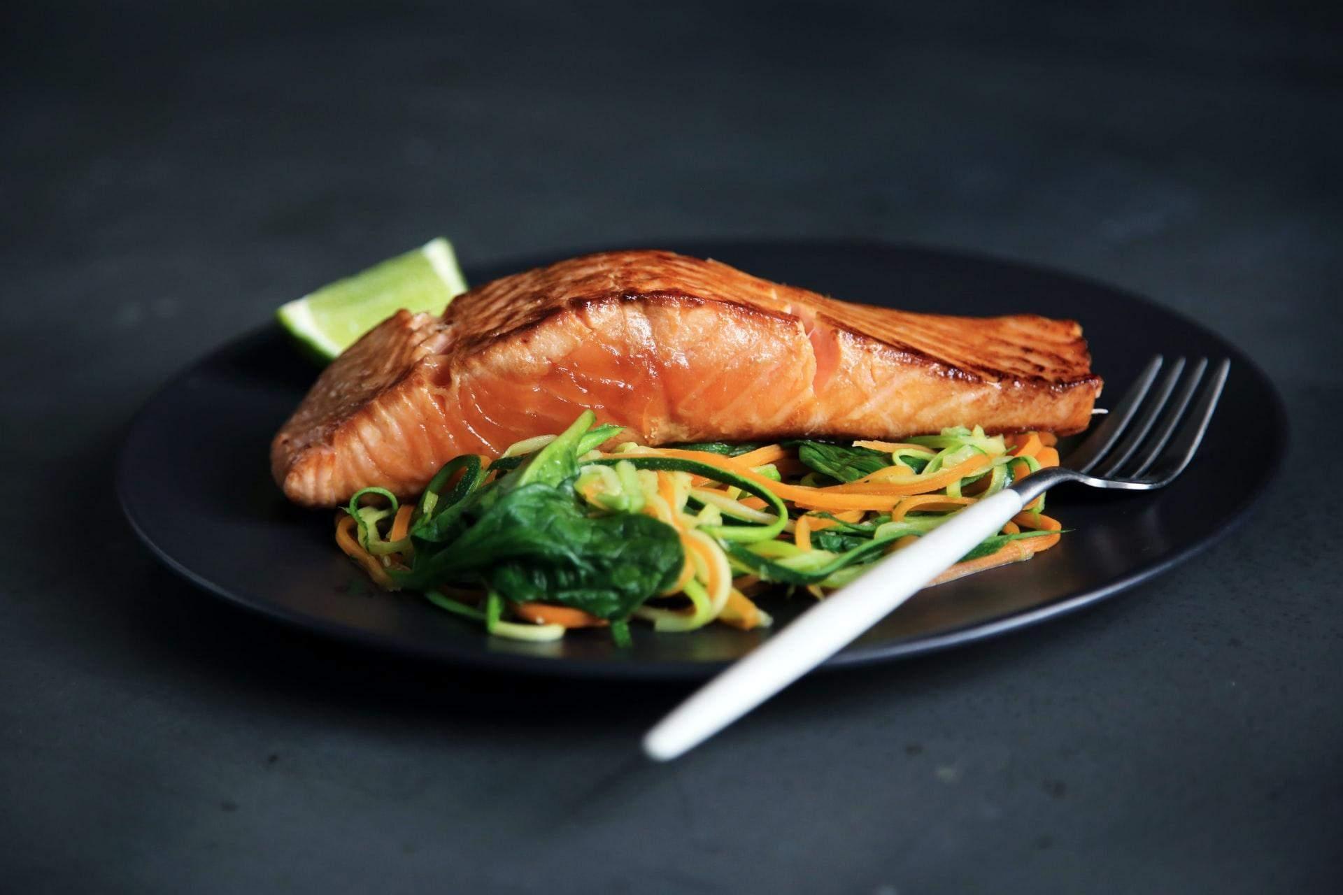 Вечером полезно есть жирную рыбу
