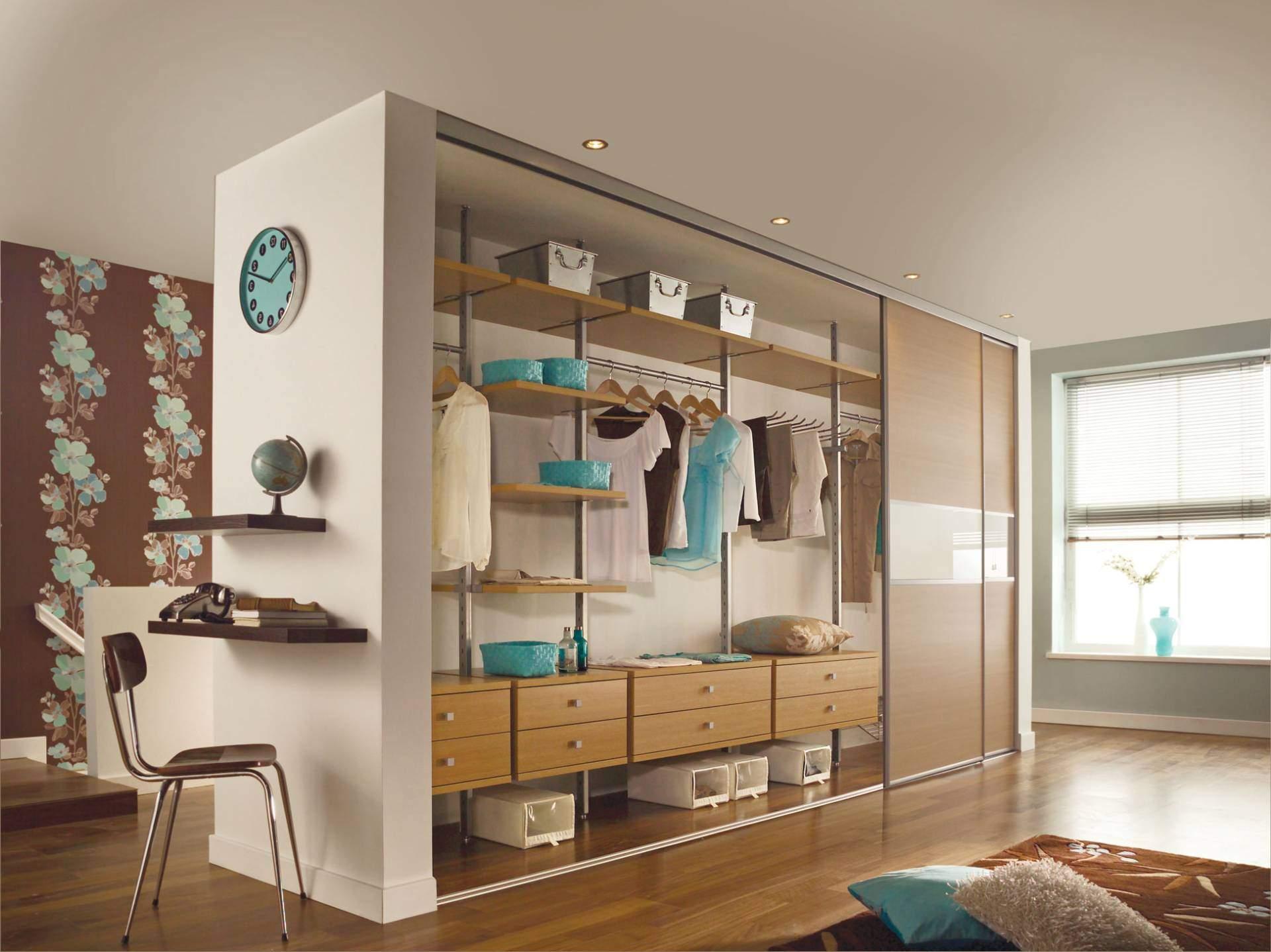 Шкаф разделяет пространство комнаты