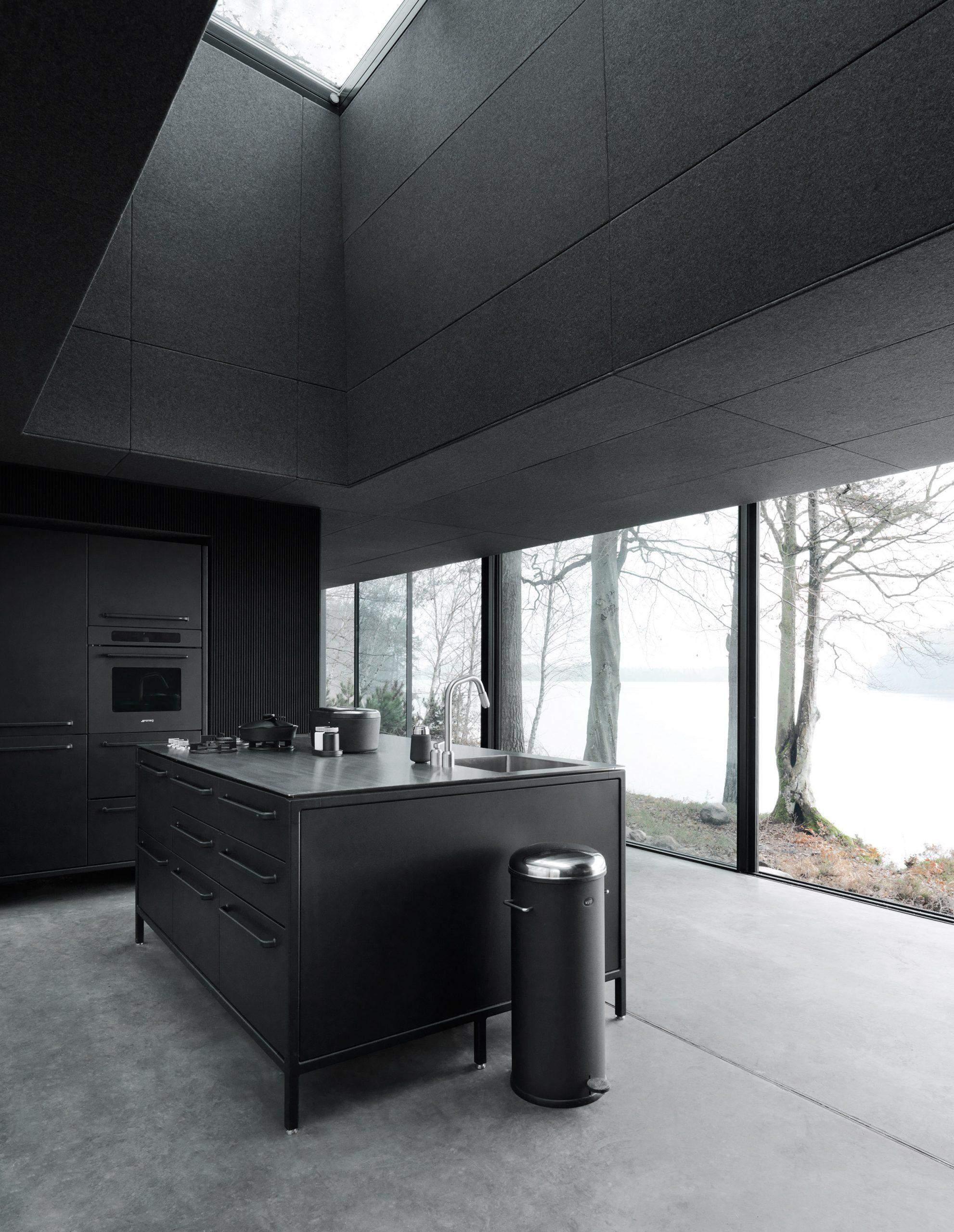 Кухня со встроенной мебелью черного цвета