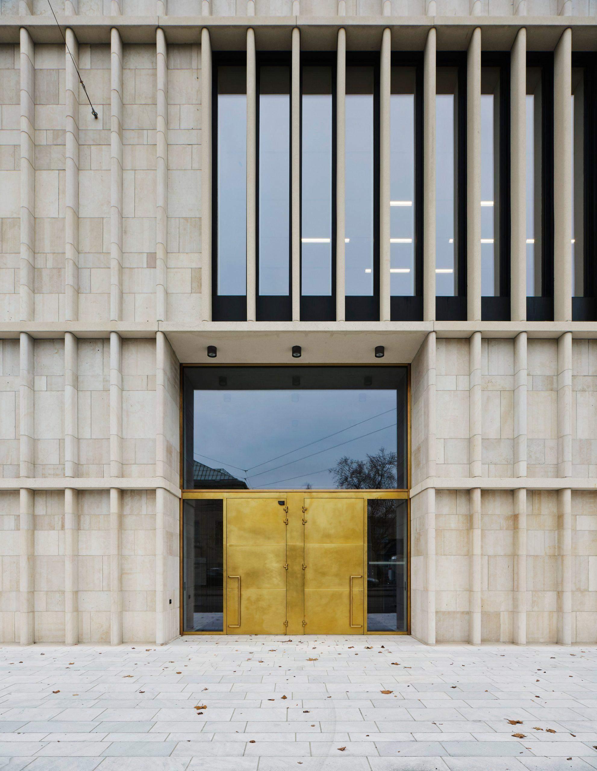 За мінімалістичними колонами приховані панормамні вікна / Фото Dezeen