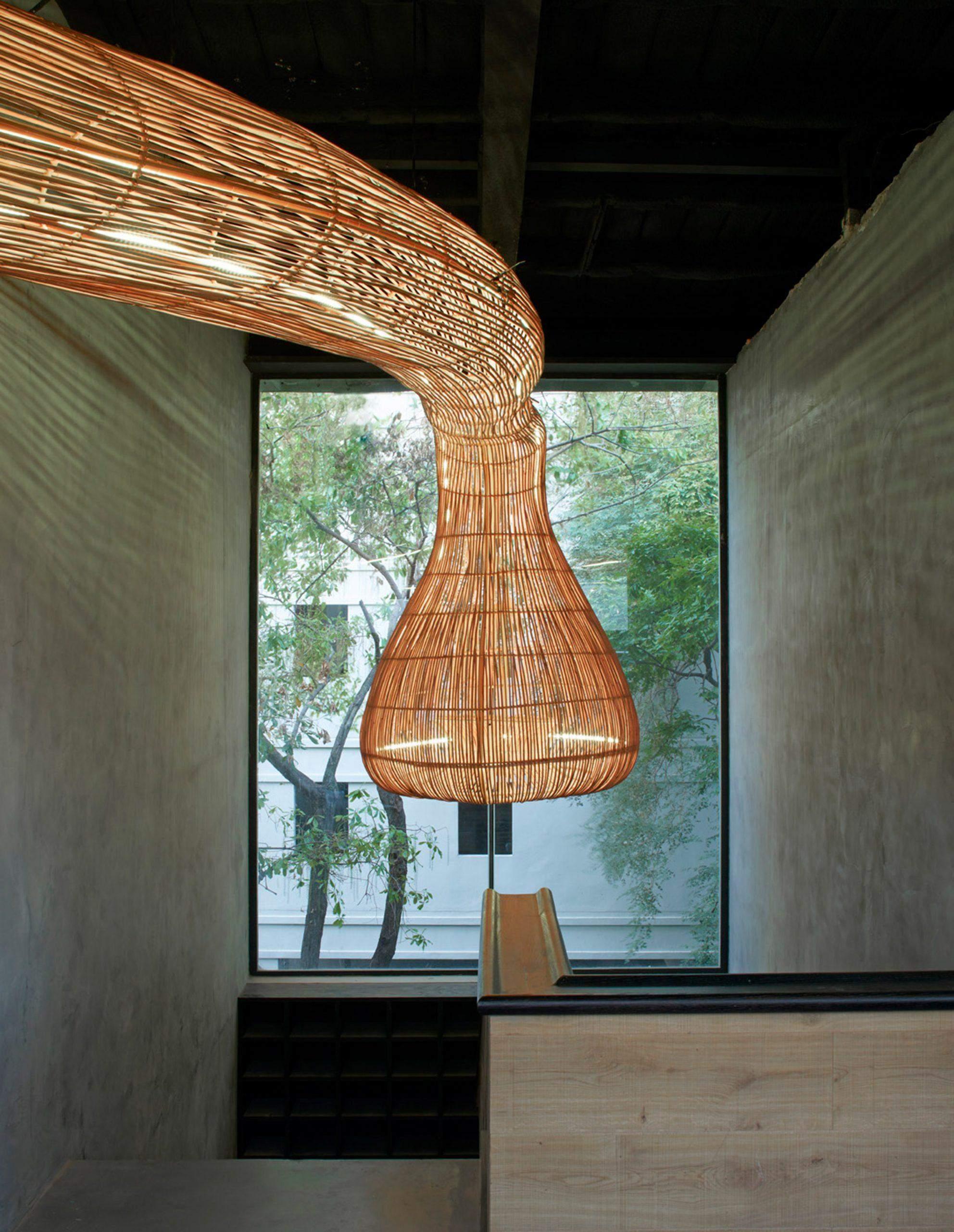 Из ротанга изготовлены даже светильники