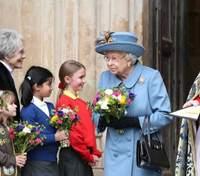 Єлизавета ІІ вперше за карантин з'явилася на кінній прогулянці: як королева тримається у сідлі