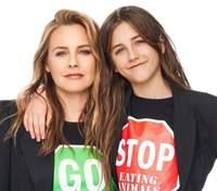 Актриса Алисия Сильверстоун заявила, что принимает ванну с 9-летним сыном