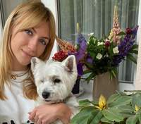 Леся Нікітюк одягнула домашнього улюбленця в яскраву сукню: кумедні фото