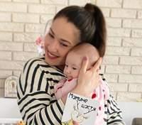 Наталка Карпа накормила дочь грудью в общественном месте: фото раскритиковали в сети
