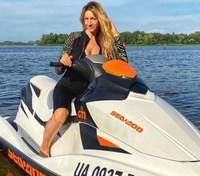 В велосипедках и облегающей майке: Леся Никитюк покаталась на гидроцикле в дерзком образе
