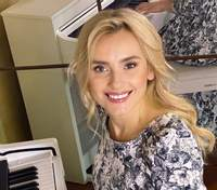 В платье с цветочным принтом: Ирина Федишин покорила изысканным образом – фото