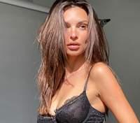 Эмили Ратаковски похвасталась обнаженной грудью в прозрачном белье: эротические фото