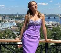В лиловом платье: Катя Осадчая очаровала сеть ярким фото на фоне Киева