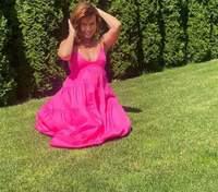 У малиновій сукні з відвертим декольте: дружина Монатіка розбурхала мережу літнім образом – фото