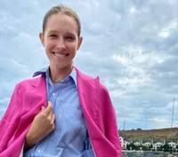 У жакеті та джинсах: Катя Осадча прогулялась мальовничими куточками Одеси – яскраві фото