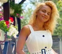 У білих шортах та блузці: Лілія Ребрик продемонструвала бездоганний літній образ – фото