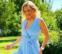 У білій блузці посеред соняшників: Лілія Ребрик підкорила мережу літним образом – яскраві фото