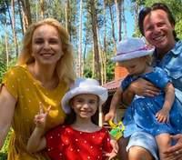 В белой майке и без макияжа: Лилия Ребрик показала безупречный домашний образ на семейном фото