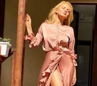 У смугастому костюмі: Лілія Ребрик підкорила бездоганним літнім образом та запальними танцями