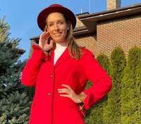 В топе и красных брюках: Катя Осадчая поразила безупречным видом – яркий образ