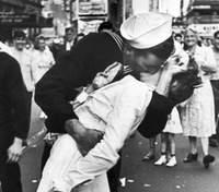 """75 лет фото """"поцелуй на Таймс-Сквер"""": что связывает героев романтического кадра"""