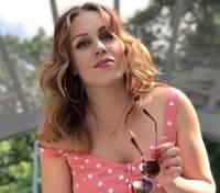 У червоній сукні на траві: Alyosha замилувала романтичним образом перед пологами – фото