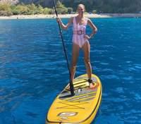 В обольстительном бикини на сапсерфинге: Катя Осадчая показала развлечения в Турции – фото