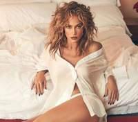 В рубашке на голое тело и трусиках: Дженнифер Лопес взбудоражила сеть эротическими кадрами 18+