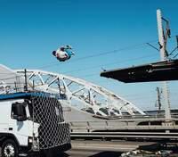 Українець здійснив неймовірне сальто між вантажівками та потрапив до книги рекордів України