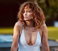 В мини-бикини с тропическим принтом: Дженнифер Лопес похвасталась обнаженной грудью – фото 18+