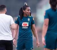 Дерзкий гость едва не сорвал матч сборной Бразилии – попугай решил стать арбитром: видео