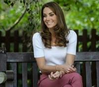 В стильных брюках и футболке: Кейт Миддлтон продемонстрировала безупречный образ – фото