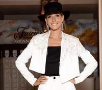 В джинсах и эффектной блузке: Катя Осадчая показала стильный повседневный образ – фото