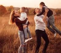 Alyosha підкорила мережу сімейною прогулянкою: миле відео