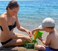У озера: Катя Осадчая поделилась ярким фото с сыном