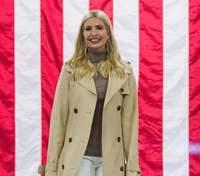 В тренче и белых брюках: Иванка Трамп показала простой и стильный образ – фото