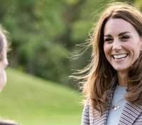 В роскошном красном пальто: Кейт Миддлтон совершила новый безупречный выход