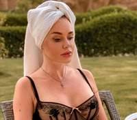 Слава Каминская выпятила большую грудь в откровенном купальнике: горячие кадры