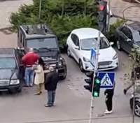 В Киеве разъяренная женщина несколько раз влетела на Mercedes в Gelenvagen: видео