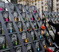 У Києві неадекватний чоловік осквернив пам'ятник Героям Небесної сотні: обурливе відео