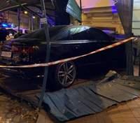 У центрі Києва Audi на шаленій швидкості влетіла у будинок: є постраждалі – фото