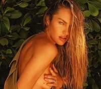 Позировала топлес в душе: Кэндис Свейнпол завела сеть жаркими фото 18+