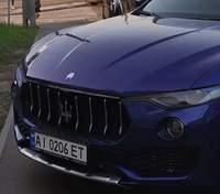 Припаркувала Maserati на тротуарі й погрожувала чоловіком: у Києві помітили нечемну водійку