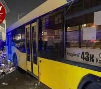 В Киеве автобус снес торговую палатку и наехал на людей на остановке, есть погибший: видео 18+