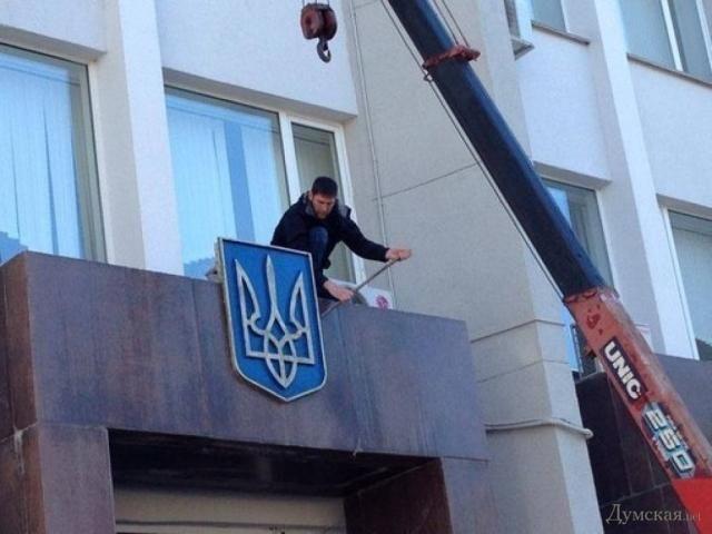 В Севастополе с админзданий сняли украинскую символику [Фото]