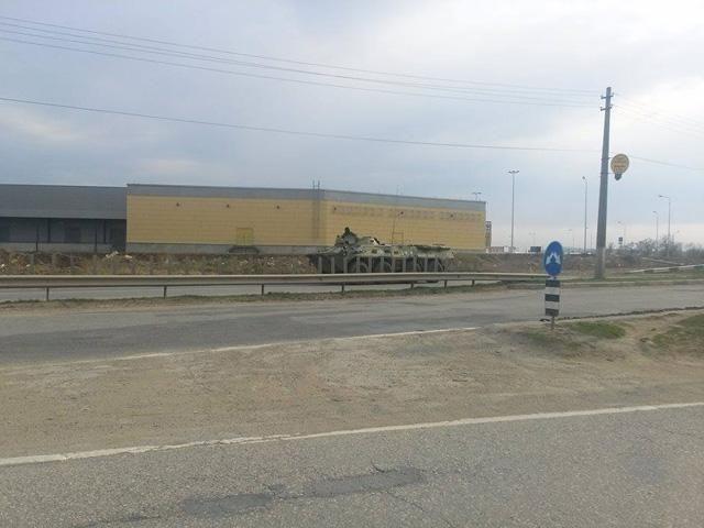 Захваченные украинские танки оккупанты переправляют на север Крыма [Фото]