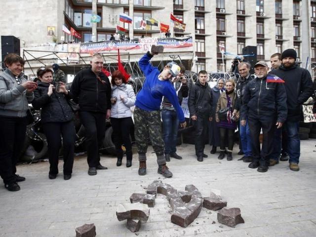 Донецкие сепаратисты сняли государственный герб Украины из здания ОГА [Фото]