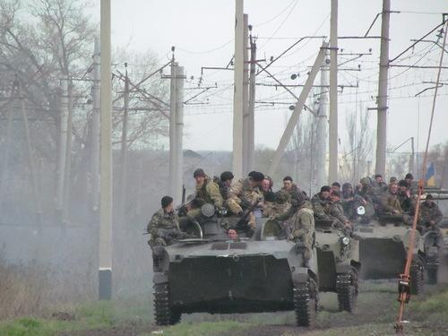 Под Краматорском примерно 40 бронемашин прорвались сквозь толпу людей [Фото]