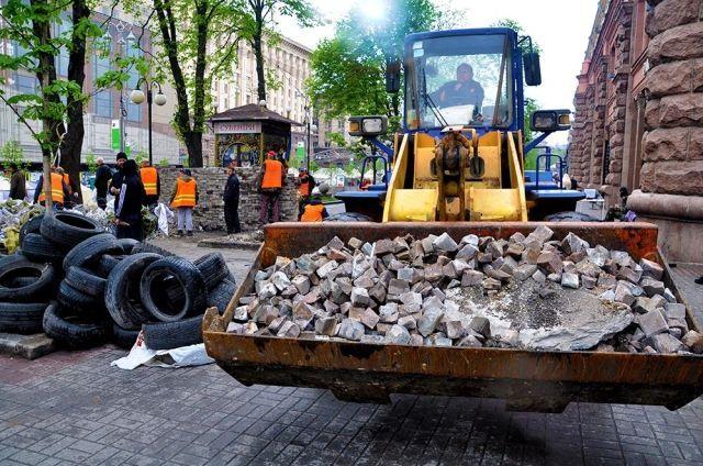 В центре Киева коммунальщики перестраивают баррикады [Фото]