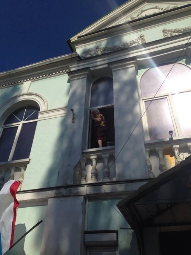 На здание Меджлиса напали неизвестные: избили женщин и сняли украинский флаг