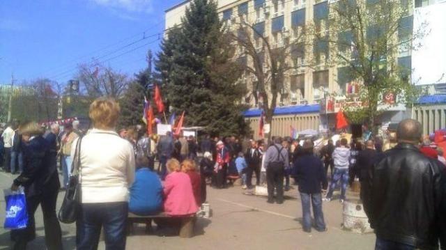 В Луганске митингуют пророссийские активисты [Фото]